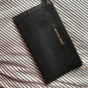 Handbags - MICHAEL KORS GREAT CONDITION WRISTLET CLUTCH